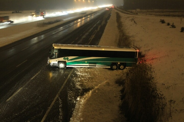 A GO Transit bus spun out and went sideways in Highway 404's northbound lanes early Monday, Feb. 11, 2013. (Tom Stefanac/CP24)