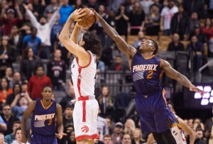 Phoenix Suns' Eric Bledsoe, right, blocks Toronto Raptors' Luis Scola's game-tying shot attempt during second half NBA basketball action in Toronto on November 29, 2015. (Darren Calabrese / The Canadian Press)