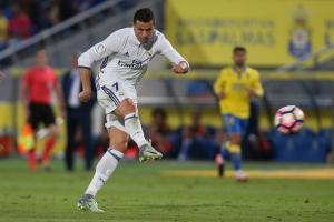 Real Madrid's Cristiano Ronaldo shoots the ball during a Spanish La Liga soccer match between Las Palmas and Real Madrid at the Gran Canaria stadium in Las Palmas, Spain, Saturday Sept. 24, 2016. (AP / Jesus de Leon)