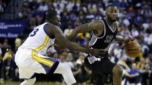 San Antonio Spurs' Jonathon Simmons, right, drives the ball around Golden State Warriors' Draymond Green during the second half of an NBA basketball game in Oakland, Calif. on Tuesday, Oct. 25, 2016. (AP / Ben Margot)