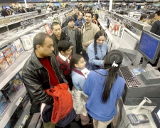 Hundreds of bargain hunters line up to pay for their purchases during a Boxing Day sale at a Best Buy in Mississauga, Ont., on Wednesday, Dec. 26, 2007. (J.P. Moczulski / THE CANADIAN PRESS)